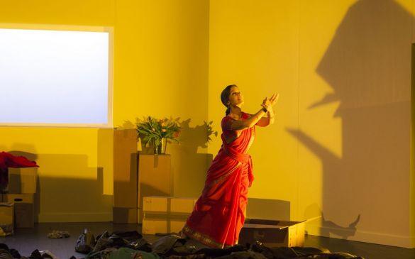 Anusha Cherer lors du spectacle Comment on freine ? mis en scène par Irène Bonnaud, texte Violaine Schwarz, CDN Besancon Franche Comté