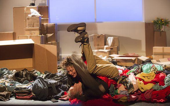 Valerie Blanchon et Jean-Baptiste Malartre lors du spectacle Comment on freine ? mis en scène par Irène Bonnaud, texte Violaine Schwarz, CDN Besancon Franche Comté