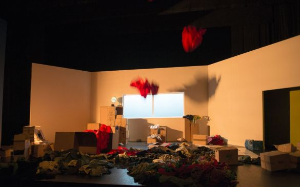 Chute de robes rouges lors du spectacle Comment on freine ? mis en scène par Irène Bonnaud, texte Violaine Schwarz, CDN Besancon Franche Comté